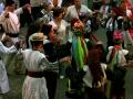 Весільні гості танцюють